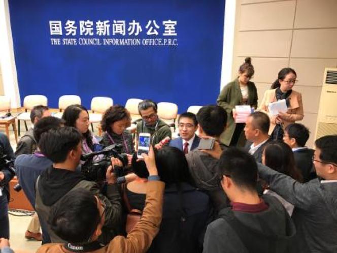 图片 10-图为:许泽玮接受中外记者采访 .png