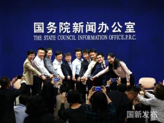 图片 11-图为:9名中国共产党基层年轻党员代表合影 .png