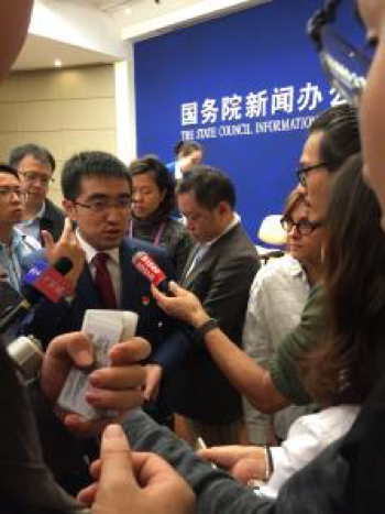 图片 12-图为:许泽玮在接受中外记者采访 .png
